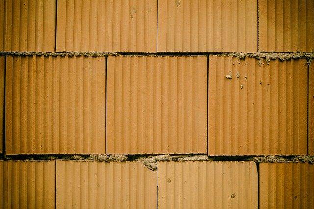 holá cihlová zeď
