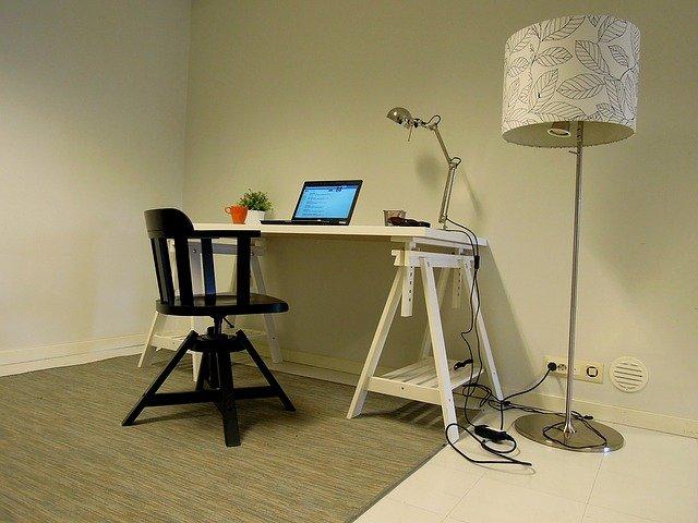 lampa u stolu