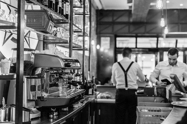číšník v kavárně