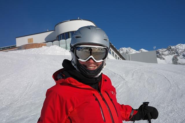 lyžař s výbavou