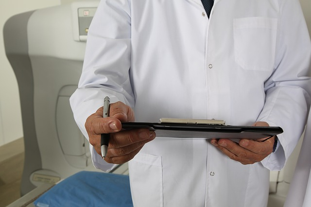 lékař v plášti.jpg