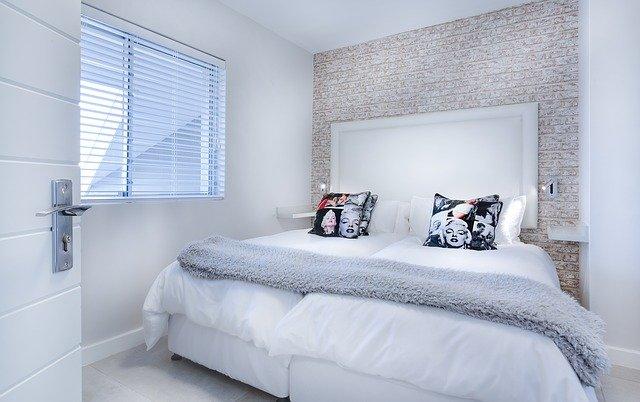 moderní minimalistická ložnice.jpg
