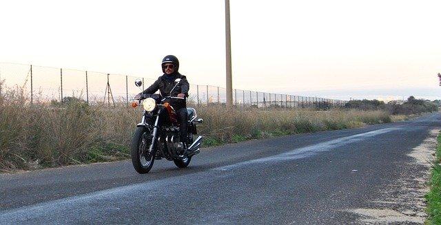 motorkář na silnici.jpg