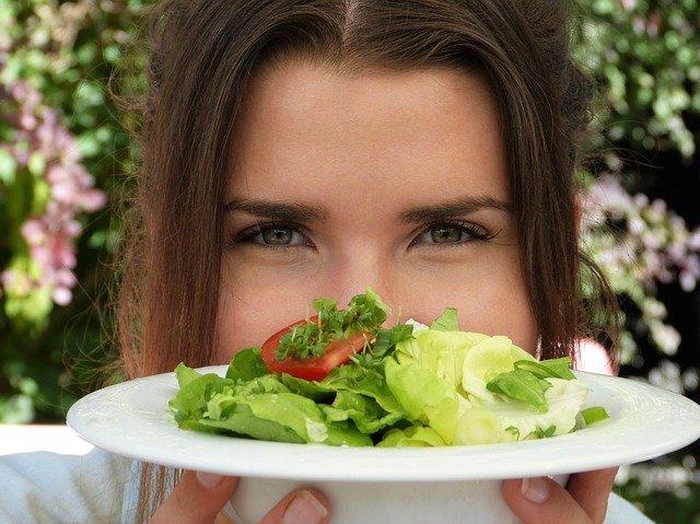 holka se salátem