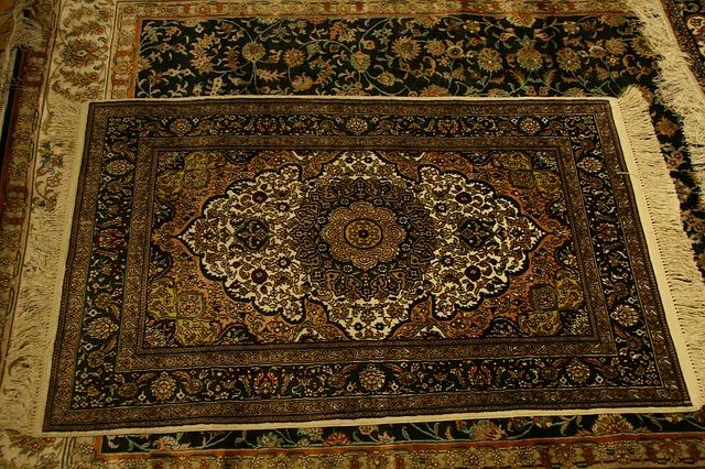 starý koberec na zemi, hnědé vzory