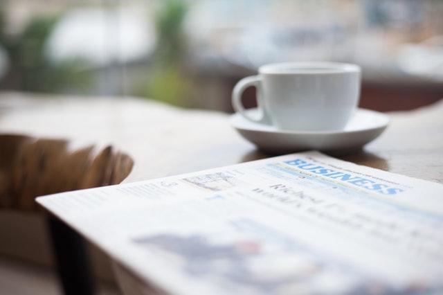 noviny položené na stole